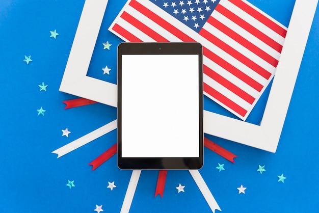 Composição festiva do dia da independência com tablet Foto gratuita