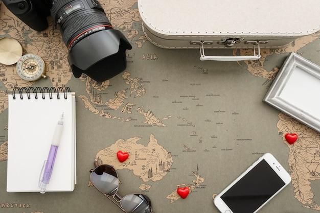 Composição impressionante com corações vermelhos e objetos de viagem Foto gratuita
