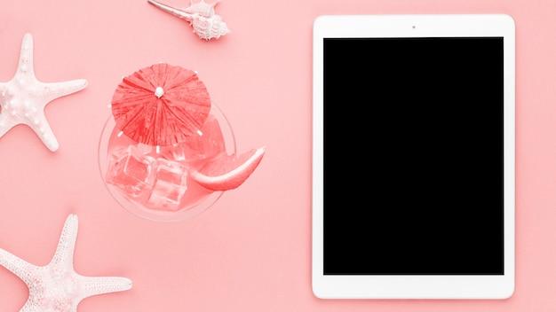 Composição marinha com tablet em fundo claro Foto gratuita