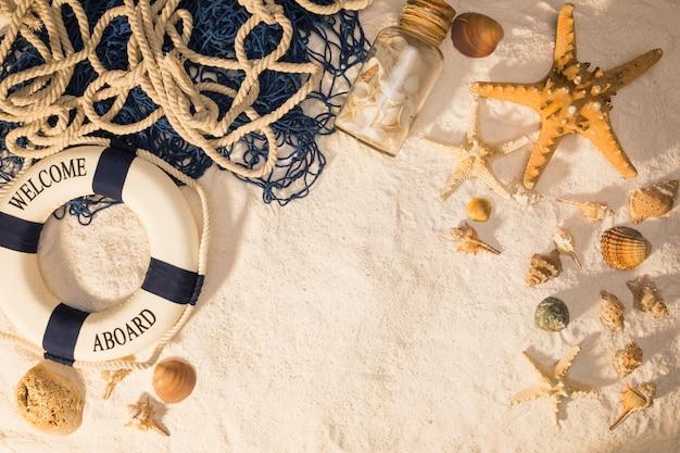 Composição marinha na areia Foto gratuita
