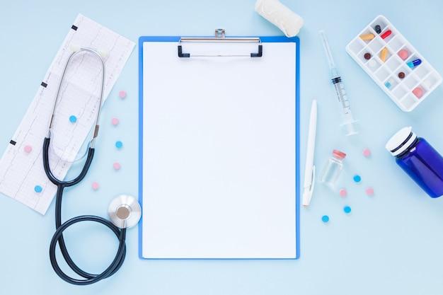 Composição médica plana leiga com modelo de transferência Foto gratuita