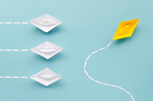 Composição para o conceito de individualidade com barquinhos de papel Foto gratuita