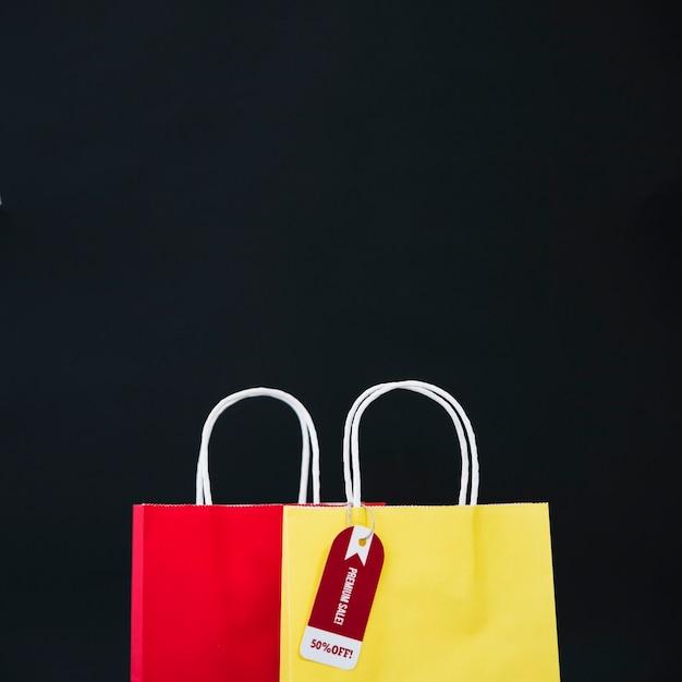 Composição para sexta-feira preta com saco amarelo e vermelho Foto gratuita