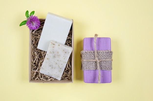 Composição plana com sabonete artesanal em um fundo amarelo Foto Premium
