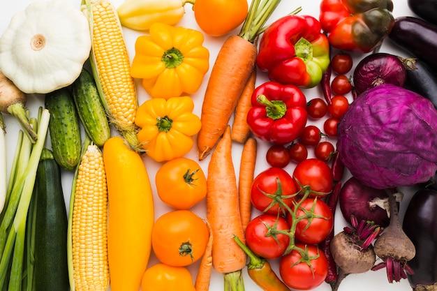 Composição plana e colorida de vegetais Foto gratuita