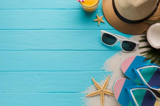 Composição plana leiga com acessórios de praia Foto gratuita