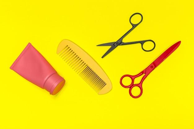 Composição plana leiga com ferramentas de cabeleireiro profissional no yellowbackground Foto Premium