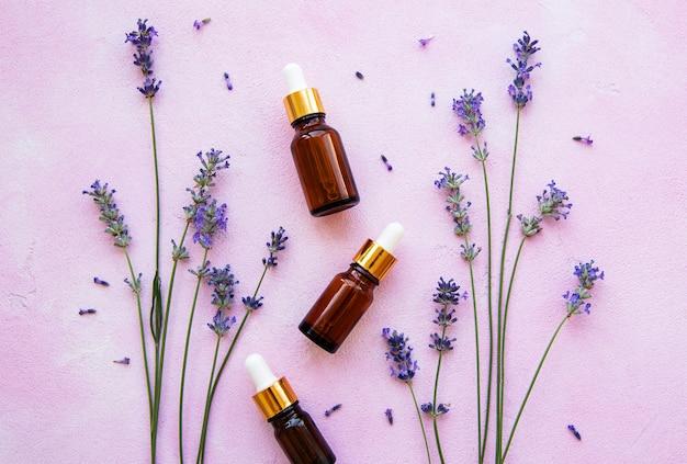 Composição plana leiga com flores de lavanda e cosméticos naturais Foto Premium