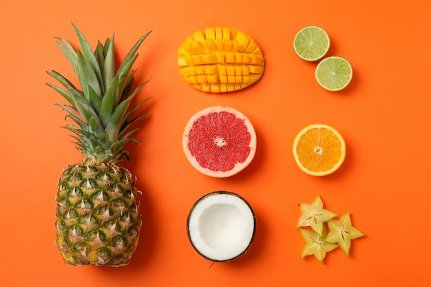 Composição plana leiga com frutas exóticas em laranja, vista superior Foto Premium