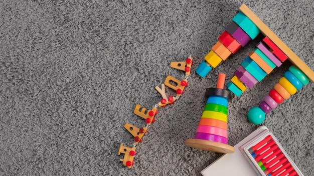 Composição plana leiga de brinquedos com copyspace Foto gratuita