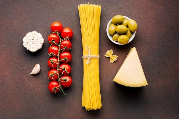 Composição plana leiga de comida italiana Foto gratuita