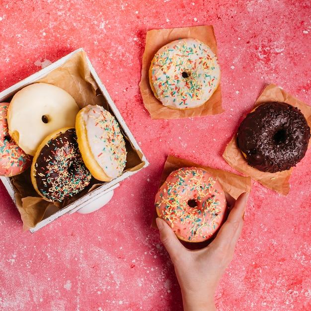 Composição plana leiga de deliciosos donuts Foto gratuita