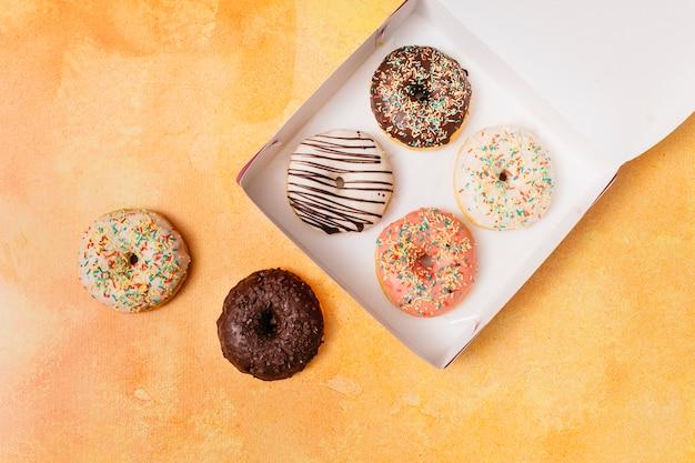 Composição plana leiga de donuts Foto gratuita