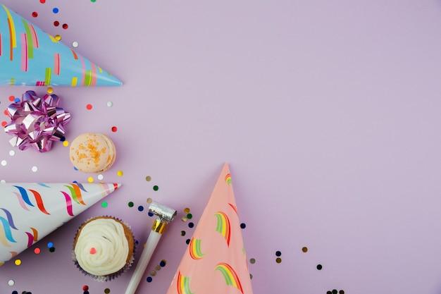 Composição plana leiga de elementos de aniversário com copyspace Foto gratuita