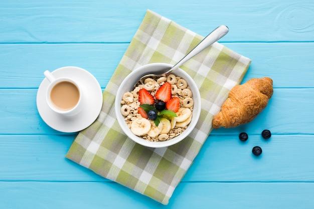 Composição plana leiga de uma mesa de café da manhã saborosa Foto gratuita