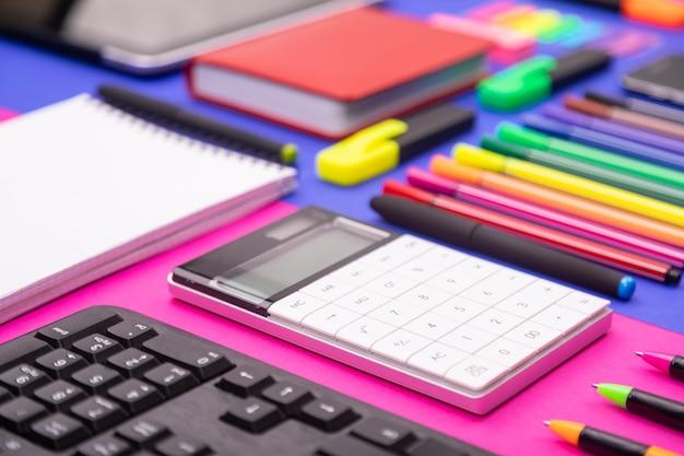 Composição plana leiga do balcão de negócios com teclado, calculadora, adesivos Foto Premium