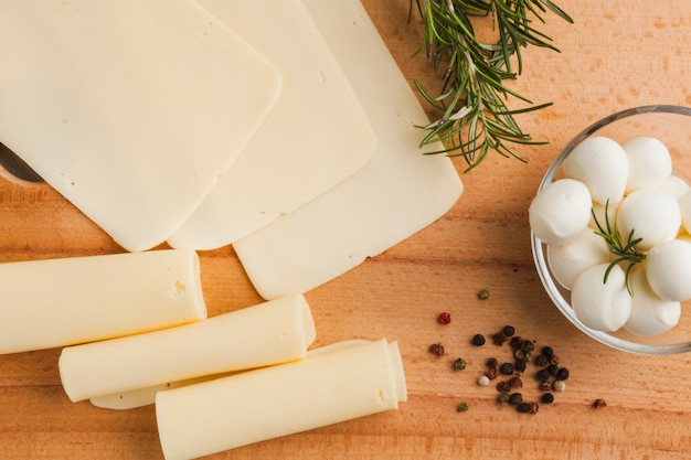 Composição plana queijo leigos Foto gratuita