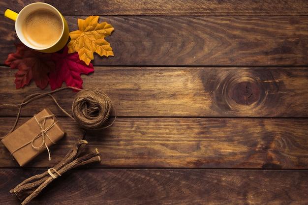 Composição requintada de outono com café e folhas Foto gratuita