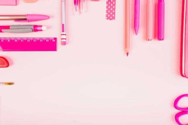 Composição rosa elegante de artigos de papelaria Foto gratuita