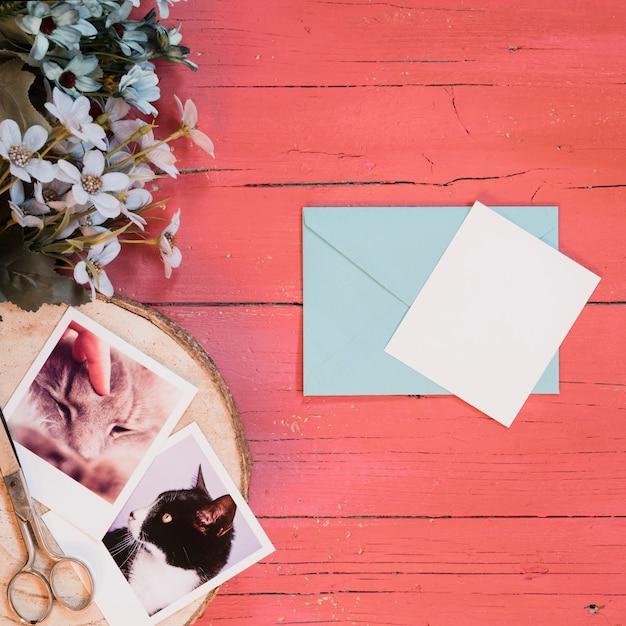 Composições de maquete com foto instantânea e envelope Foto gratuita