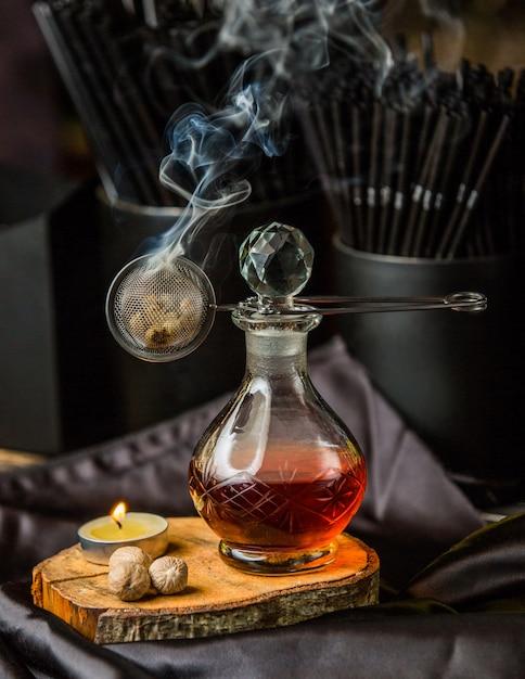 Composto vermelho em uma jarra de vidro e vapor de aroma. Foto gratuita