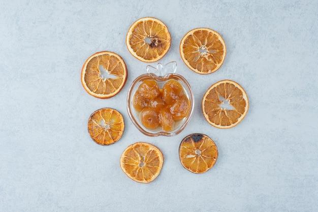Compota doce com laranja seca em fundo branco. foto de alta qualidade Foto gratuita