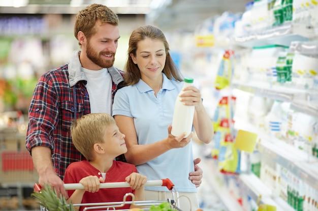 Compra de leite em família Foto gratuita