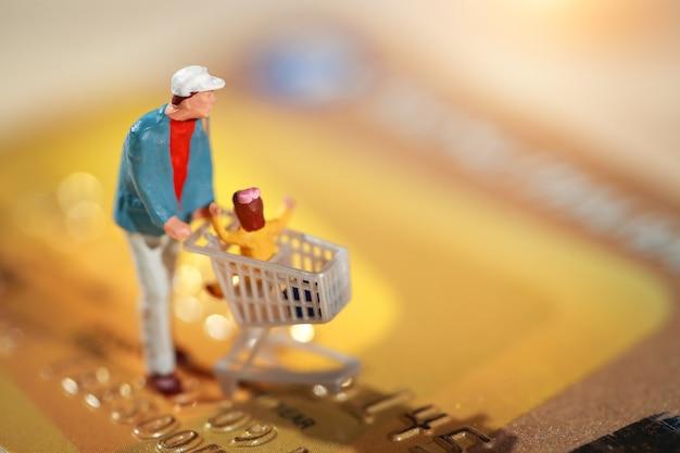 Comprador andando no cartão de crédito como pagamento e compra on-line Foto Premium