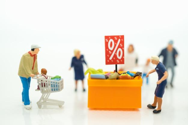 Compradores com bandeja de desconto para compras de itens com desconto Foto Premium