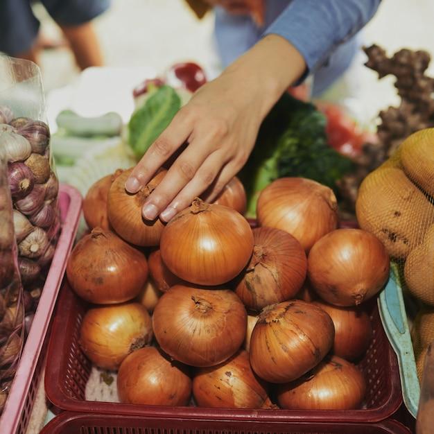 Comprando cebola fresca Foto gratuita