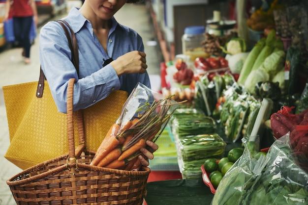 Comprando legumes Foto gratuita