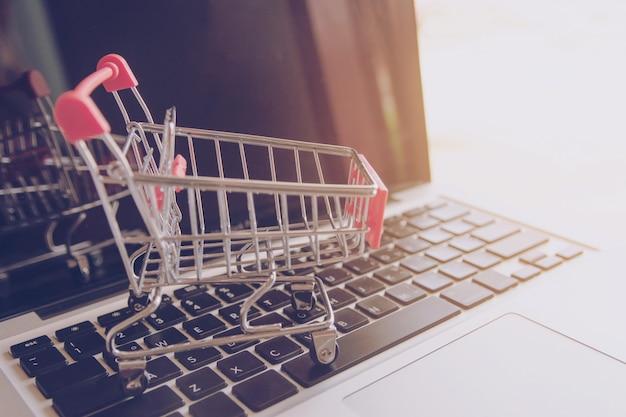 Comprar online. logotipo de carrinho de compras em um teclado de laptop Foto Premium