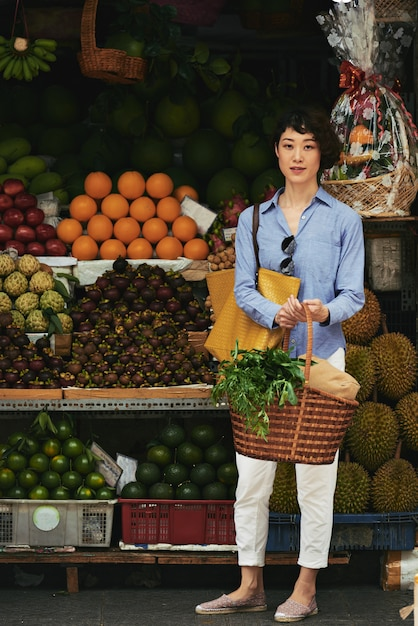 Compras de frutas exóticas Foto gratuita