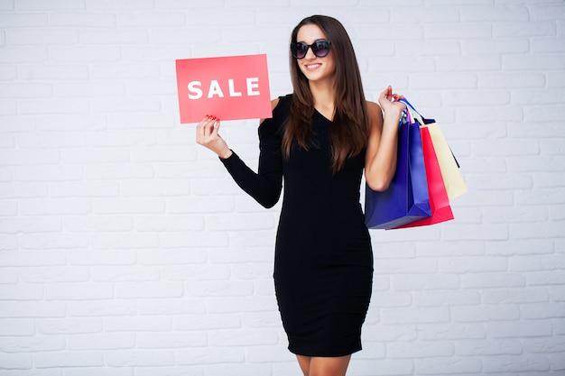 Compras. mulheres, segurando, disconto, espaços, em, pretas, sexta-feira, vendas Foto Premium