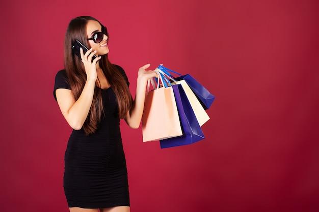 Compras. mulheres segurando sacolas coloridas na sexta-feira preta Foto Premium
