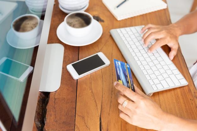 Compras on-line com cartão de crédito e computador Foto Premium