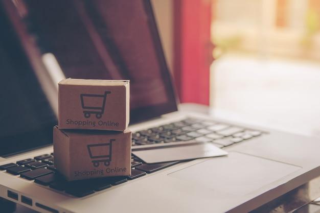 Compras on-line conceito - serviço de compras na web on-line. com pagamento por cartão de crédito Foto Premium