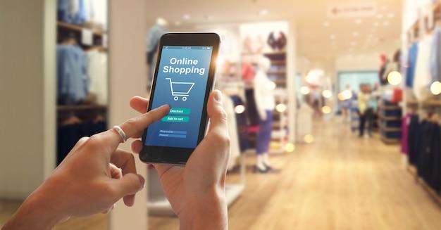 Compras on-line de telefone inteligente na mão da mulher Foto Premium