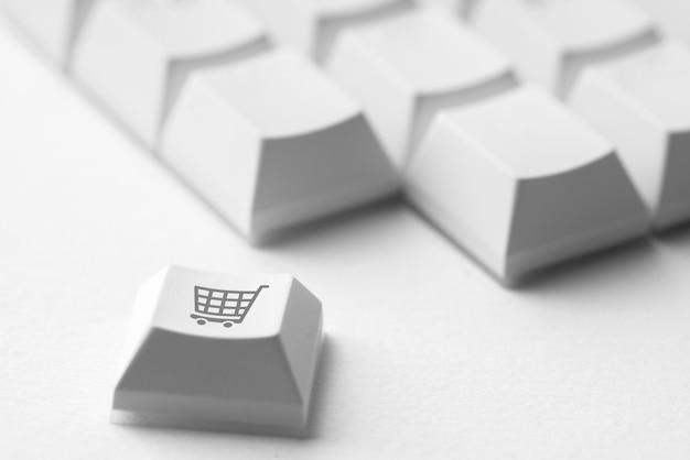 Compras on-line e ícone de negócios no teclado do computador retrô Foto Premium
