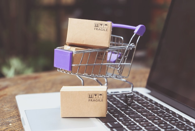 Compras on-line ou conceito de serviço de entrega de comércio eletrônico Foto Premium