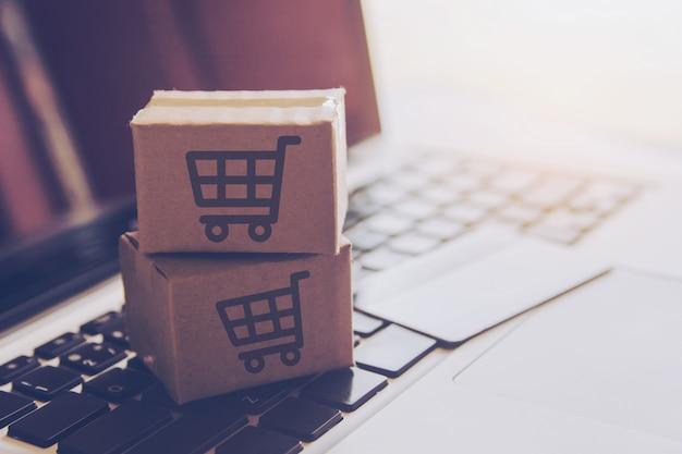 Compras on-line serviço de compras na web on-line. com pagamento por cartão de crédito no laptop Foto Premium