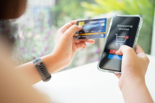 Compras online com smartphone e cartão de crédito Foto Premium