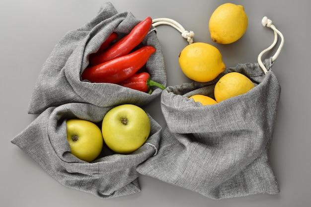 Compras sem desperdício, sacolas artesanais feitas de tecido de linho, reutilizáveis e ecológicas. Foto Premium