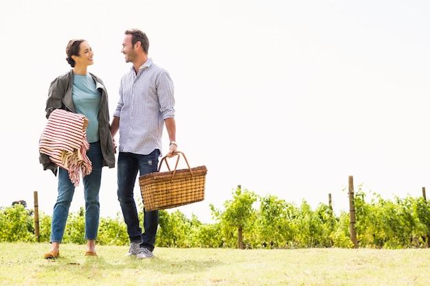 Comprimento total do casal dançando no gramado Foto Premium