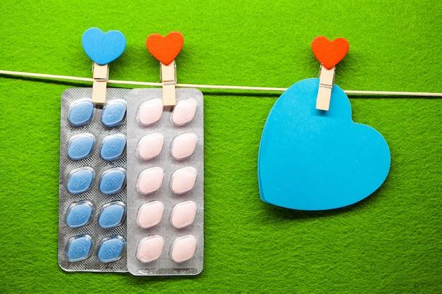 Comprimido para a saúde dos homens e plano de fundo dia dos namorados. Foto Premium
