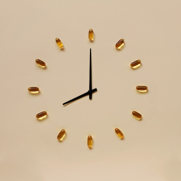 Comprimidos amarelos e indicadores pretos colocando como relógio Foto Premium