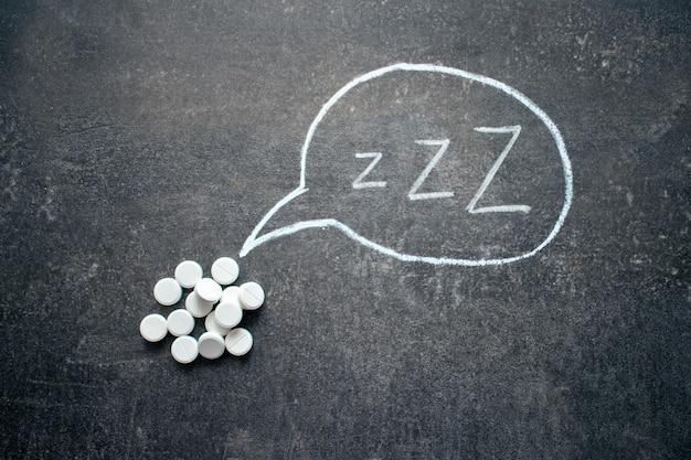 Comprimidos brancos em forma de z e texto. pílulas para dormir, drogas hipnóticas Foto Premium