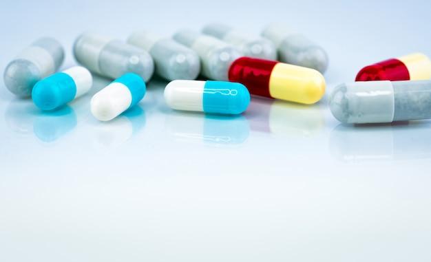 Comprimidos coloridos da cápsula Foto Premium