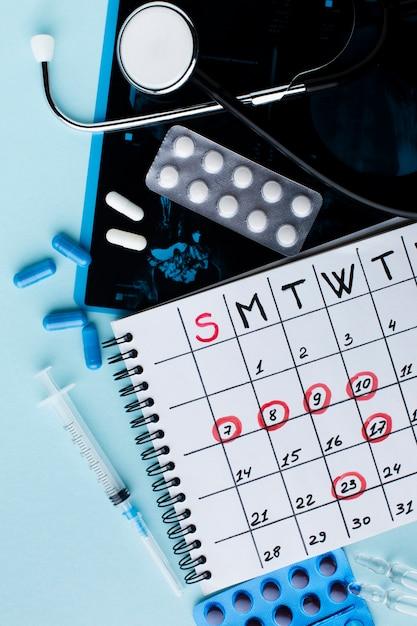 Comprimidos e calendário de tratamento médico Foto gratuita