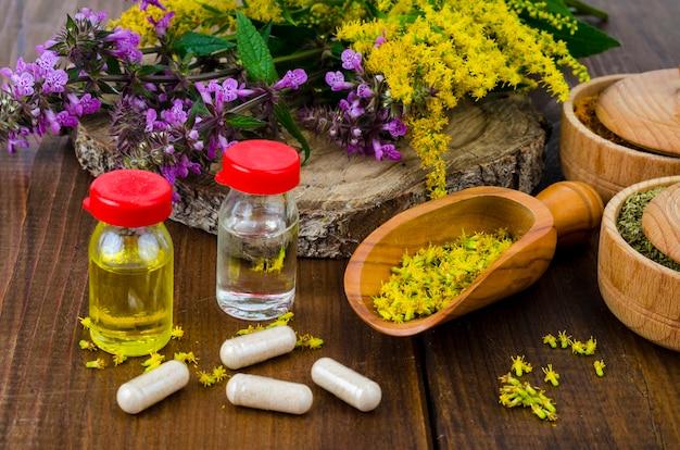 Comprimidos e óleo de plantas medicinais. foto Foto Premium